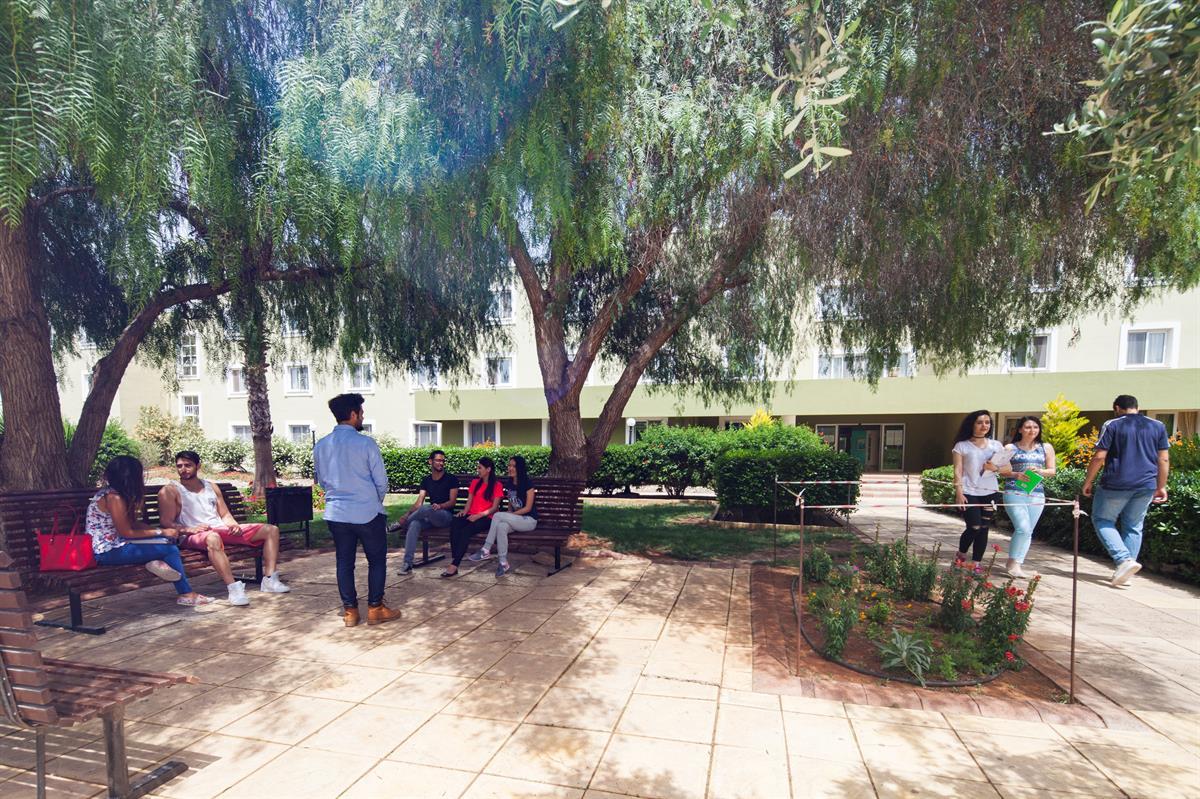 محوطه خوابگاه Akdeniz در دانشگاه قبرس